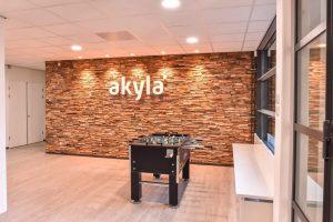 Akyla - Logo op Wand