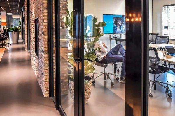 Vergaderruimte met Glazen Deuren (Zijaanzicht)